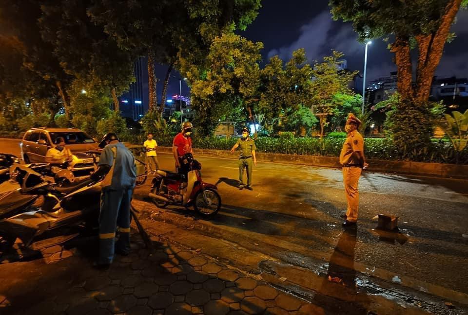 Công nhân VSMT bị xe máy tông trong khi làm việc tại 594 đường Láng